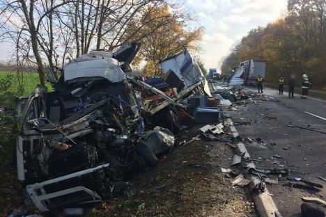 Accident între două TIR-uri, soldat cu doi morţi, în apropierea graniţei cu România. Unul dintre camioane are numere de Bihor (FOTO / VIDEO)