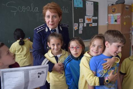 """Poliţiştii au dat startul la concursuri: Copiii de gimnaziu se """"bat"""" în scenete, eseuri şi mesaje antiviolenţă"""