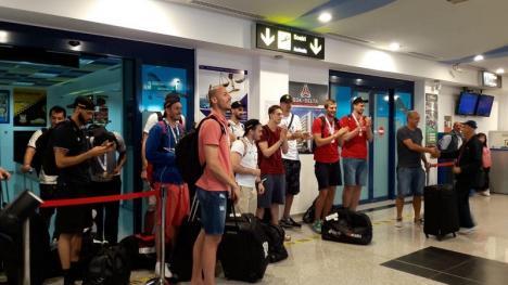 Campionii au ajuns acasă: Baschetbaliştii de la CSM au fost primiţi cu aplauze şi urale pe Aeroportul Oradea (FOTO/VIDEO)