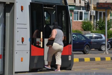 Oradea, sub cod roşu de caniculă: Orădenii se răcoresc în Criş, RER udă străzile cu zeci de mii de litri de apă (FOTO)