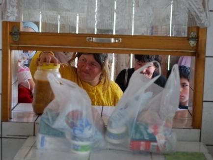 Sărmanii oraşului primesc gratuit alimente şi haine groase