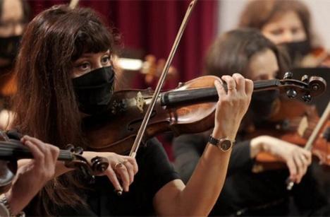 Spectatori... de la distanţă: Bihorenii, invitaţi să se bucure de talentul artiştilor locali în mediul online