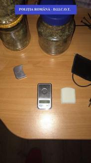 Procurorii Antidrog au descins la Curăţele: Aproape 1 kilogram de cannabis a fost descoperit în casa unui localnic (FOTO)