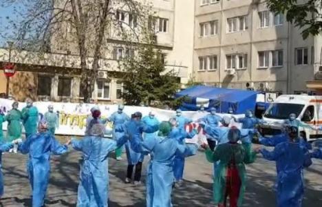 Horă nepotrivită? Medici şi asistente de la Craiova au dansat în curtea spitalului, în echipamente de protecţie (VIDEO)