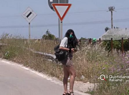 În sudul Italiei prostituatele au ieșit la muncă cu măști, termometre și geluri dezinfectante. Unele sunt românce (VIDEO)