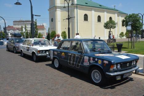Go, Romania! Paradă de Dacii vechi şi Polski Fiat în Piaţa Uniri din Oradea (FOTO / VIDEO)