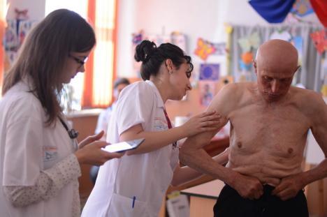 Caravana cu medici, din nou în Bihor: Sătenii din comuna Brusturi au avut parte de consultaţii şi analize gratuite (FOTO)