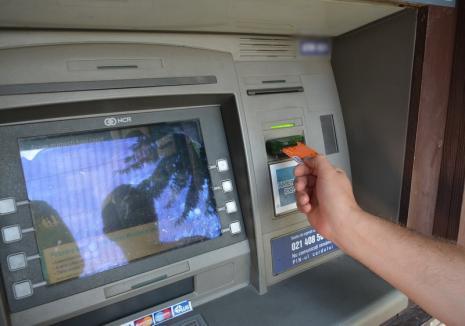 Doi hoţi au reuşit să fure bani din 8 ATM-uri din Bihor: montau dispozitive artizanale şi luau banii blocaţi!