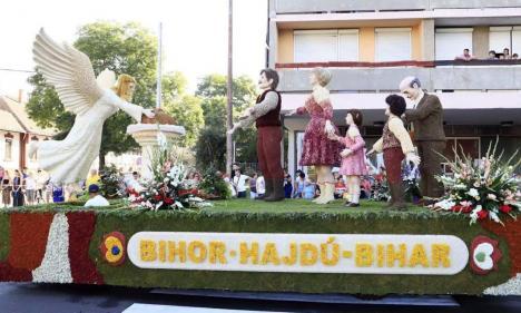 Piaţa Unirii, plină cu flori. Orădenii sunt invitaţi să admire şase care alegorice la Carnavalul Florilor