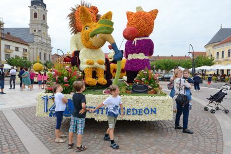 Carele alegorice din flori atrag admiratori în Piaţa Unirii. Vezi programul Zilelor Culturii Maghiare!(FOTO / VIDEO)