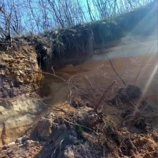 Carieră ilegală, descoperită de comisarii de mediu într-un sat din Bihor. Au fost sesizaţi procurorii (FOTO)