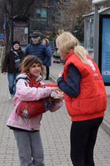 Voluntarii Caritas Catolica au împărţit 150 de porţii de gulaş nevoiaşilor şi navetiştilor lângă Gară (FOTO)