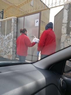 Caritas Eparhial le duce mâncare caldă acasă celor care, până de curând, îşi primeau hrana la cantina socială (FOTO)