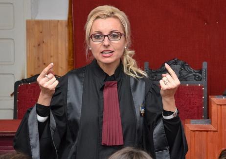 Justiţie cu canapele: Fosta şefă a Tribunalului Bihor a ajuns în atenţia DNA pentru achiziţii de lux!