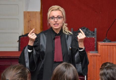 Teoria conspiraţiei: Fosta preşedintă (de nota 4) a Tribunalului Bihor crede că şi-a pierdut funcţia din cauza uneltirilor