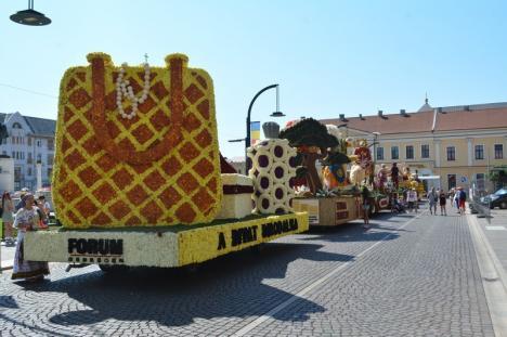 Piață în culori: șase care alegorice împodobite cu zeci de mii de flori, expuse în centrul Oradiei (FOTO / VIDEO)