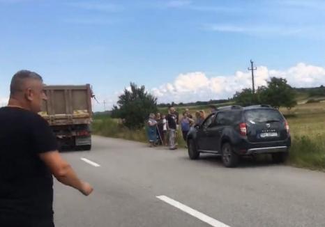 Scandal în Cărpinet: sătenii au ieşit cu furcile să-şi apere un teren pe care ar urma să fie construită o parcare în marginea DN 76 (VIDEO)