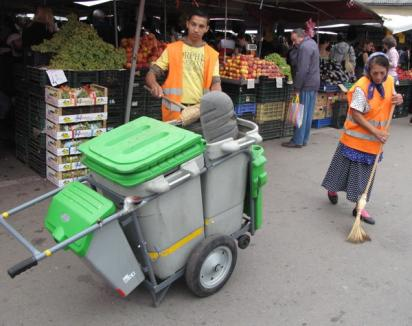Măturătorii din pieţe au cărucioare cu tomberoane care le uşurează munca