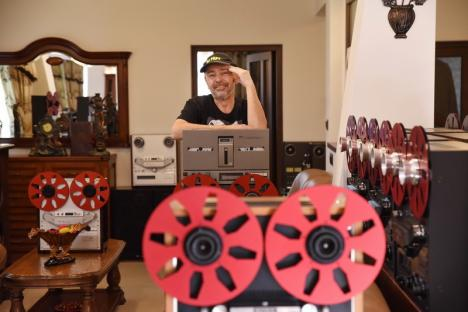 Casa muzicii: Un bihorean trăiește într-o casă cu un farmec aparte, decorată cu peste 300 de magnetofoane! (VIDEO)