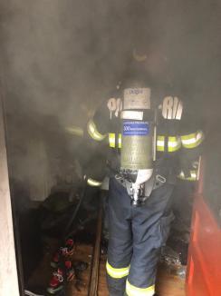 Nu vă jucaţi cu focul! Incendiu la o casă din Oradea, provocat de o lumânare (FOTO)