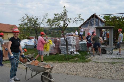O casă pentru Alex: Zeci de IT-işti din Oradea au construit o casă pentru un copil orfan (FOTO)