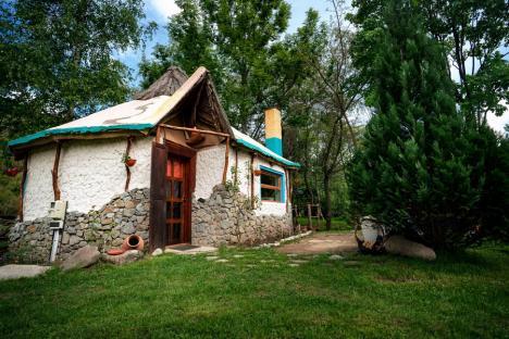 Vacanţă în... trecut: Poftiţi în Bihor, în case tradiţionale, cu cuptoare, prispe, laviţe şi ştergare, dar şi adaptate spectaculos, cu accente 'boho' (FOTO)