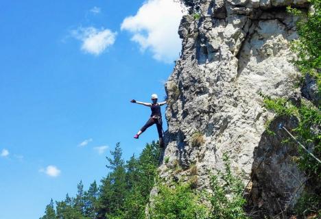 Iubitorii de aventură, invitați la via ferrata, escaladă și ture cu tiroliana în Șuncuiuș