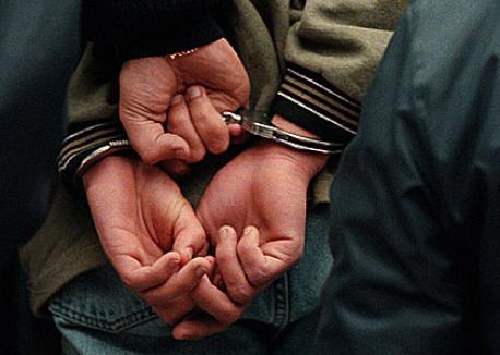 Arestat, pentru că a luat la pumni un tânăr pentru un telefon mobil şi 12 lei