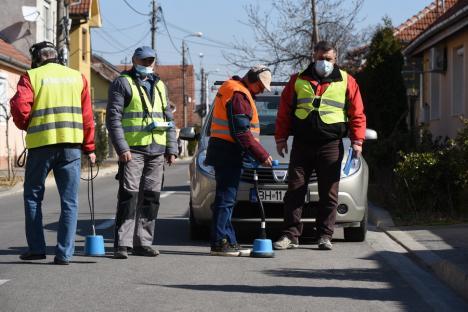 Echipa de... ascultare: Vânătorii de avarii ai Companiei de Apă Oradea identifică spărturile din conductele subterane... cu urechea (FOTO / VIDEO)