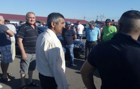Bătaie în Ocska: Şapte sălăjeni s-au ales cu dosar penal, după ce şi-au împărţit pumni şi picioare în piaţa de maşini (FOTO)