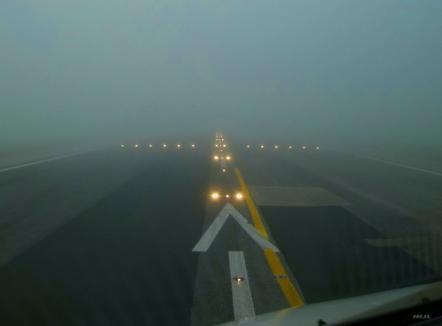 Ceața a blocat activitatea pe Aeroportul Oradea: Mai multe zboruri au fost anulate, iar următoarele sunt incerte