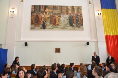 """""""Corectitudine istorică"""": Împăratul Sigismund de Luxemburg şi Regele Ferdinand străjuiesc sala mare a Primăriei (FOTO)"""