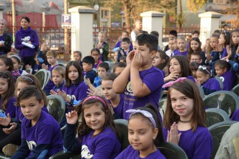 """Party în curtea şcolii: Sub ochii Anei Blandiana, sute de elevi de la """"Oltea Doamna"""" şi-au colorat şcoala în mov, au cântat cu toţii imnul şi au dansat ca la discotecă! (FOTO)"""
