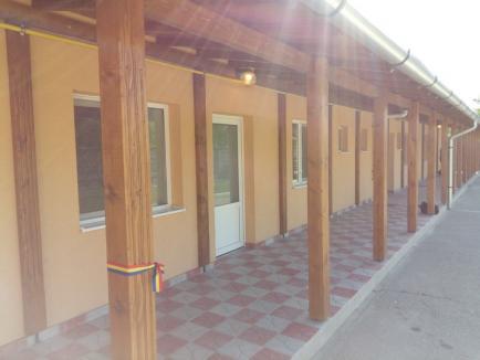 Primăria Suplacu de Barcău a inaugurat un bloc de locuinţe pentru specialişti şi un centru de zi pentru vârstnici realizate în regie proprie (FOTO)