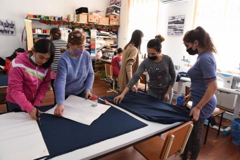 Atelierul șucar: În Bihor există un centru unde femeile rome învață să lucreze și să socializeze (FOTO / VIDEO)