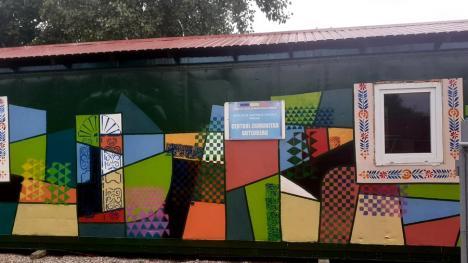 Studenţii la Arte au pictat un container de locuit, pentru un plus de culoare la centrul comunitar Guttenberg (FOTO)