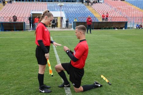 Scenă inedită în Oradea: Un arbitru şi-a cerut iubita în căsătorie chiar pe stadion! (FOTO / VIDEO)