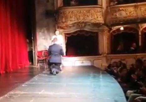 Spectacol cu emoţii, la Teatrul Regina Maria din Oradea: Un tânăr şi-a cerut iubita în căsătorie chiar pe scena din Sala Mare (VIDEO)