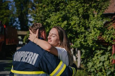 Cerere în căsătorie de Ziua Pompierilor, în Bihor. Comandantul staţiei Ştei şi-a surprins iubita cu un inel şi un buchet de flori(FOTO)