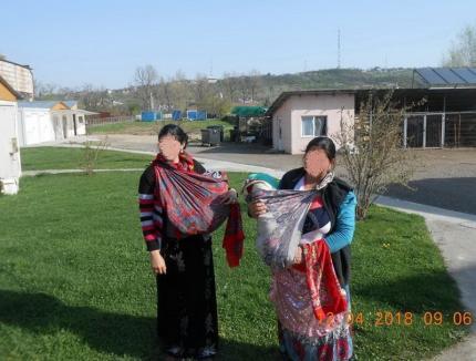 """Nu le daţi bani! Două femei care cerșeau în brațe cu bebeluşi din... pături, """"săltate"""" de Poliția Locală din Oradea"""