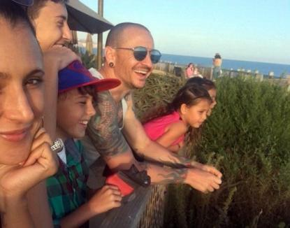 Ultima fotografie cu solistul Linkin Park, înainte de a se sinucide, publicată de văduva lui