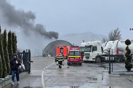 Garaj în flăcări, în sediul unei firme din Aştileu. Pompierii au reuşit să stingă focul înainte de a cuprinde un rezervor de motorină