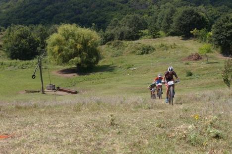 Aproape 200 de participanţi la ediţia din acest an a concursului de ciclism montan din Bihor, 'Crater Maraton' (FOTO)
