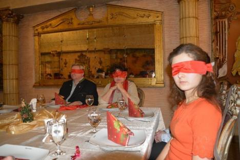 Ochi în întuneric, suflete în lumină: Un grup de orădeni au cinat legaţi la ochi, ca să-i înţeleagă şi să-i ajute pe copiii nevăzători (FOTO/VIDEO)