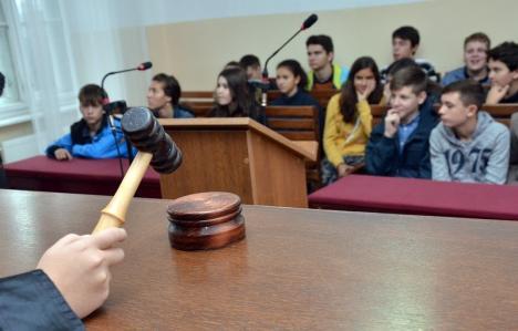 Aproape 500 de profesori şi părinţi de la trei şcoli orădene cer anularea Codului de etică pentru învăţământul preuniversitar