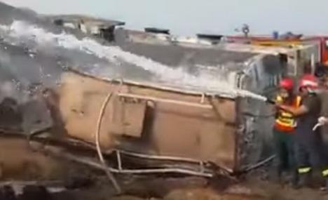 Cel puţin 148 de morţi în Pakistan, după ce o cisternă s-a răsturnat, iar localnicii s-au înghesuit să adune combustibil. Unul dintre ei și-a aprins o țigară (VIDEO)