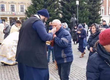 Anchetă la Cluj, după o împărtăşanie în masă, cu aceeaşi linguriţă. Mitropolia: Nimeni nu şi-a adus lingură de-acasă