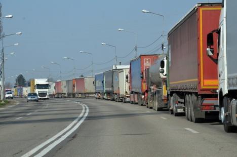 Coadă de şase kilometri. Sute de TIR-uri aşteaptă de cinci ore să iasă din ţară prin Borş (FOTO)