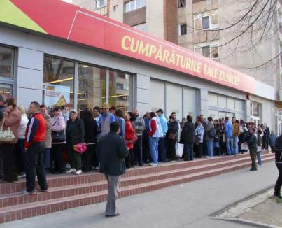 Mai mare ruşinea! Sute de orădeni s-au înghesuit să cumpere detergent la promoţie (FOTO)