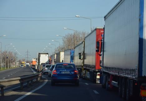 Cozi imense la Borş: Şoferii de camioane aşteaptă din nou cu orele să iasă din ţară